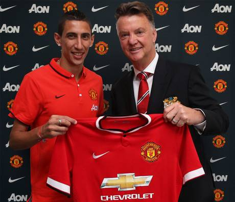 Angel Di Maria poses with Louis van Gaal after signing for Manchester United