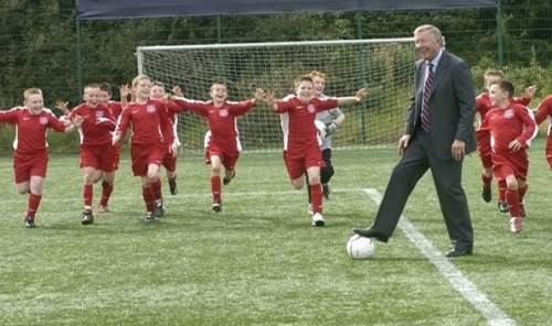 Сэр Алекс помогает развивать детский футбол в своем родном городе