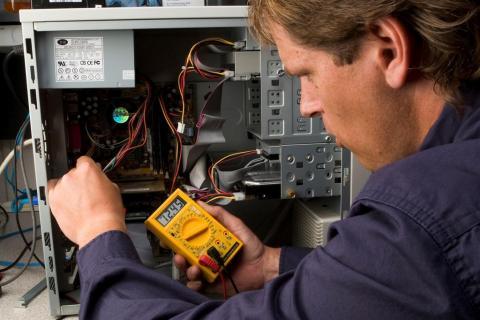 Как работают специалисты, ремонтирующие мобильные устройства и ноутбуки?